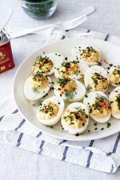 Täytetyt kananmunat ovat aika fiksu keksintö. Keitetty munanpuolikas on kuin pieni kulho, joka kuin odottaa täytettä. Easy Healthy Recipes, Great Recipes, Easy Meals, Xmas Food, Christmas Cooking, Egg Recipes, Cooking Recipes, Finnish Recipes, Tea Snacks