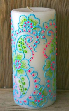 Photo inspiration only. Ideas :: Trace pattern (lightly denting candle) onto the candle from a print out (laser or inkjet should be fine) ? Use puff paint from the fabric paint section of your local DIY store to finish it off. Cute Crafts, Crafts To Do, Arts And Crafts, Puffy Paint Crafts, Wine Bottle Vases, Bottles, Henna Style, Puff Paint, Candle Art