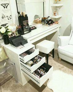 Makeup Room Ideas room DIY (Makeup room decor) Makeup Storage Ideas For Small Space - Tags: makeup room ideas, makeup room decor, makeup room furniture, makeup room design My New Room, My Room, Spare Room, Rangement Makeup, Vanity Room, Vanity Set, Closet Vanity, Mirror Vanity, Vanity Decor