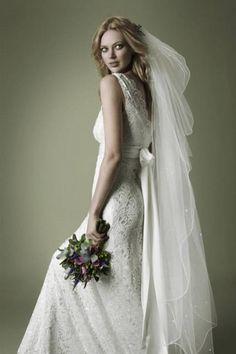Abito da sposa stile anni 30 con ricami e velo lungo di The Vintage Wedding Dress Company