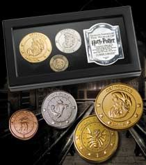 Harry Potter the Gringotts Coin Collection. Harry Potter Coins, Harry Potter Props, Harry Potter Items, Harry Potter Love, Les Gobelins, Harry Potter Collection, Commemorative Coins, Mischief Managed, Coin Collecting