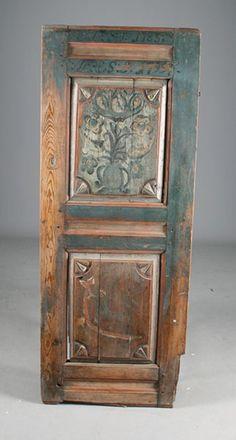 Rosemalt skapdør med bl.a. løve, dobbelt sett med eierinitialer og datering 1785 og 1799. H: 149 cm. B: 57 cm. Noen skader. Prisantydning: ( 2000 - 3000) Solgt for: 3000