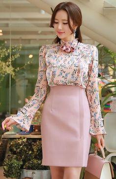 StyleOnme_Front Slit Wrap Style Pencil Skirt #pink #pastel #floral #femiine #pencilskirt #koreanfashion #springtrend #kstyle #seoul #kfashion #dailylook