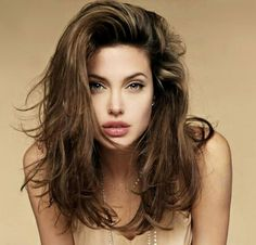 Cute, short, easy and quick messy hairstyles for short, medium and long hair. Different messy hairstyles pictures in updo or buns for school or work. Angelina Jolie Peinados, Angelina Jolie Hair, Long Weave Hairstyles, Hairstyles For Round Faces, Trendy Hairstyles, Fashionable Haircuts, Celebrity Hairstyles, Hairstyles 2018, Glamorous Hairstyles