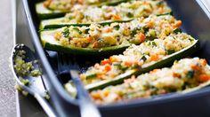 Rosinen ergänzen die Gemüse-Getreidefüllung mit einer süßlichen Note: Gefüllte Zucchini mit Quinoa | http://eatsmarter.de/rezepte/gefuellte-zucchini-mit-quinoa