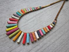Les tubes en peyote pour de colliers colorés