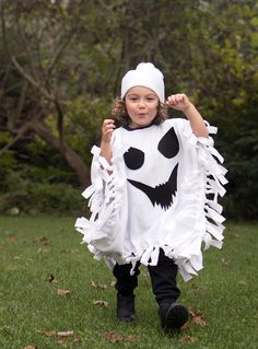 No-Sew Ghost Costume- comfortable, cute and totally easy to make! What's your idea for Halloween? Why not join our Halloween DIY Contest to win something you like? Halloween 2018, Halloween Dress Up Ideas, Best Diy Halloween Costumes, Ghost Halloween Costume, Costume Ideas, Ghost Costume For Kids, Pirate Costumes, Halloween Jamie, Ghost Costumes