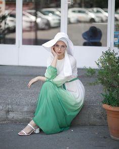 Suratımdaki mutsuzluk ; bu kıyafetle sahilde, kumda değil de betonda oturduğum için 😐 Elbise / @al.tatari Hijab Fashion Summer