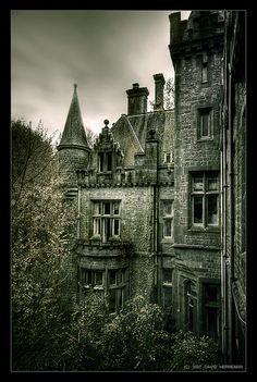 Una Iglesia y Un Castillo de Bélgica Abandonados. Fotos