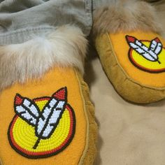 Visit us for all handmade artwork #mocmonday #rockyourmocs #kitigan #moccasins #handmade #beadwork #feathers