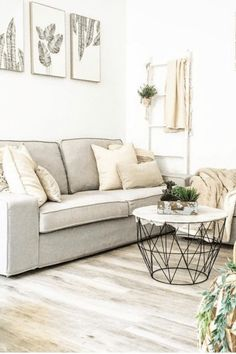 🏡Los 47 salones pequeños que no te puedes PERDER🏡 Couch, Throw Pillows, Bed, Furniture, Home Decor, Small Living Rooms, Grey Living Rooms, Cozy, Fire Places