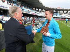 Iago Aspas recibindo o II Premio Manuel de Castro, Hándicap, que o acredita como o mellor xogador do ano 2012