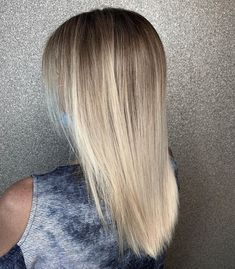 Notice that fine color melt. Achieve that stunning look when you have a beach blonde balayage on your straight hair. #balayagehair #balayagehairblonde #balayage #straighthairstyles #straighthair Balayage Straight Hair, Blonde Balayage Highlights, Caramel Balayage, Brown Balayage, Latest Hairstyles, Straight Hairstyles, Champagne Blonde, Beach Blonde, Hair Colours