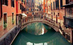 17. Navegar em uma gôndola pelos canais de Veneza, na Itália