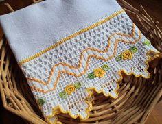 Pano de copa em tecido 100% algodão (sacaria) e barrado de crochê com aplicação de flores. Pronto para bordar ou pintar. R$ 34,95