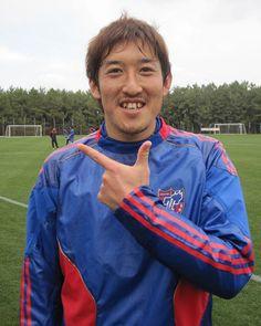 [ 2011キャンプレポート ] 2月11日FC東京レポート 今シーズン千葉からF東京に加入した谷澤達也選手。 明るいキャラクターでおなじみの谷澤選手。さすがに、すぐにチームメイトともなじんだそうですが、どちらかというと、いじられているんだそうです。サポーターからなんと呼ばれたいか?という問いには「募集中です」とのことでした。  「FC東京のサッカーに早く慣れて、自分の力を出したい」というお話をしてくださいましたが、才能あふれる谷澤選手のプレーを早く見たいと思っているF東京サポーターも多いはず。  そして、今回、動画インタビューにも答えてくださったのですが、この写真のポーズが何の意味なのか、最後のメッセージのところに答えがあります。動画インタビューで、このポーズの意味をぜひ見てくださいね。お楽しみに!