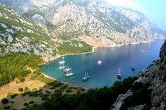Doğa'nın Antalya'ya hediye ettiği eşsiz güzelliklerden olan bu koy, yüksek tepelerden izlenmesi gereken eşsiz bir manzaraya sahiptir.  Mavi yolculuk kaptanları tarafındanBalayı Koyuolarak adlandırılmıştır. Manzarası insana doyumsuz bir keyif veren, aynı zamanda doğal ve korunaklı bir yapısı olan Sazak Koyu, bölgenin geçmiş zamanlardan beri liman olarak kullanıldığının delili niteliğindedir.