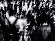 """"""" A multidão é seu elemento como o ar é o das aves como a água dos peixes. Sua paixão e sua profissão é esposar a multidão. Para o perfeito Flâneur para o espectador apaixonado é uma imensa alegria estabelecer residência na multidão no ondulante no movimento no fugidio e no infinito."""" _ Charles Boudelaire"""