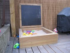 Sandpit with lid with blackboard Outdoor Play Areas, Outdoor Fun, Outdoor Decor, Outdoor Ideas, Kids Sandbox, Sandbox Ideas, Playhouse Ideas, Sandpit Cover, Sand Pit