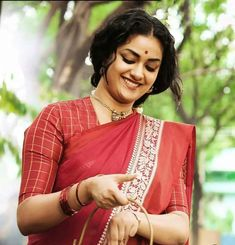 Mahanati Keerthy Suresh Indian Actress Gallery, Indian Film Actress, Indian Actresses, Bollywood Makeup, Most Beautiful Bollywood Actress, Simple Sarees, Celebrity Gallery, Traditional Sarees, Indian Beauty Saree