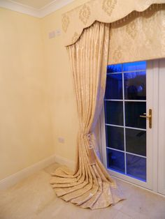 Co-ordinated pelmet, Roman blind and Curtains - we can help you ...