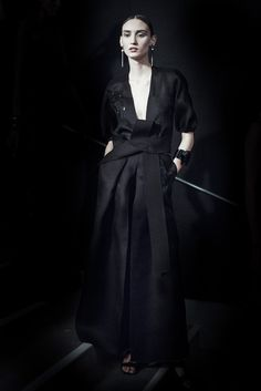 En backstage du défilé Armani Privé printemps-été 2015 http://www.vogue.fr/mode/inspirations/diaporama/backstage-du-dfil-armani-priv-printemps-t-2015/18785/carrousel#2