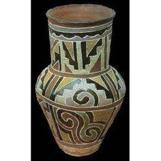 Panorama da diversidade  Entre os Kadiwéu (MS), também são as mulheres que decoram a cerâmica. Elas utilizam padrões que seguem um repertório rico, mas fixo, de formas preenchidas com variadas cores.