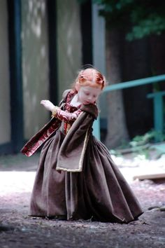 Cute little in Tudor costume ( a young Elizabeth ? )