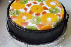Tort Diplomat cu piersici din compot si fructe tropicale este alegerea perfecta pentru ocazii speciale sau aniversari in familie.