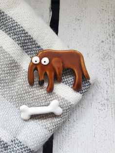 "Hund und Knochen Brosche aus Keramik, handbemalt / funny gift idea: ceramic brooch ""little dog and bone"" via DaWanda.com"