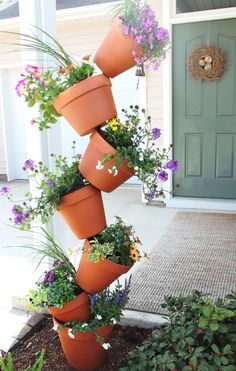Looking for a striking DIY garden project that you can whip up in an afternoon? … Looking for a striking DIY garden project that you can whip up in an afternoon? Add some height and visual drama to your landscape with this easy-peasy, topsy-turvy planter. Plantador Vertical, Vertical Planter, Diy Garden Projects, Diy Garden Decor, Garden Decorations, Garden Crafts, Outdoor Projects, House Projects, Balcony Decoration