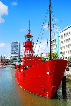 De rooie boot in de Wijnhaven in Rotterdam, Netherlands