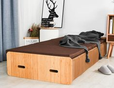 Pro Idee's Cardboard Paper Bed Folds Up into Bench Quickly Cardboard Paper, Cardboard Furniture, Bed Storage, Storage Spaces, Spare Bed, Transforming Furniture, Table Extensible, Decor Interior Design, Furniture Design
