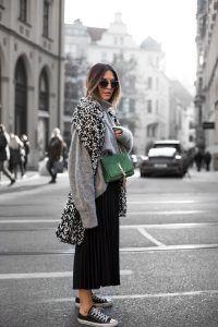 Sandra Ebert of black palms trägt schwarz weiß grau Chucks H&M und grüne Saint Laurent Bag