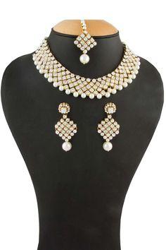 Or Collier clouté cristal. Prix:-38,19 € Collier clouté cristal avec boucles d'oreilles Jhumja et Tika.  http://www.andaazfashion.fr/jewellery/necklace-sets/golden-crystal-studded-necklace-80510.html