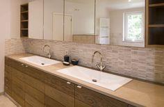 badkamermeubel tot op de grond = meer opslag, minder grondoppervlak om te kuisen en gemakkelijker te plaatsen