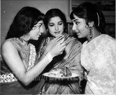 Sadhana: Unseen pictures of Bollywood's timeless beauty from Express archives Bollywood Cinema, Bollywood Stars, Indian Bollywood, Beautiful Bollywood Actress, Beautiful Indian Actress, Nanda Actress, Sadhana Actress, Old Film Stars, Bollywood Outfits