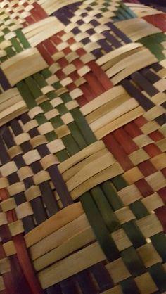 Resultado de imagen de basket weaving patterns Flax Weaving, Willow Weaving, Weaving Art, Hand Weaving, Fabric Weaving, Basket Weaving Patterns, Traditional Baskets, Maori Designs, Pine Needle Baskets