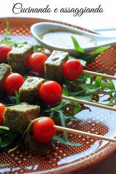 La nostra amica Tiziana ci propone un lunch leggero e sfizioso presentato sul piatto ambra della collezione Speedy... Spiedini di tofu e pomodorini con salsa alla senape..