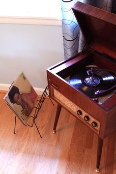 love this vintage record player & check out the record holder!
