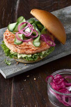 """Lachs Burger """"Nordisch"""": Mit marinierten Zwiebeln und köstlicher Honig-Senf-Dill-Sauce."""