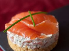 Salmon Cheesecake – A turtle in the kitchen Appetizers For Party, Appetizer Recipes, Tapas, Party Food Platters, Food Porn, Mini Cheesecakes, Mini Foods, Cheesecake Recipes, Finger Foods