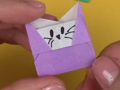 Growing up, passing notes in class was practically a rite of passage. It's not like you had anything important to say, but you liked coming up with cool new ways to fold the paper. this Playful Kitty Origami Envelope will let you relive those days. Origami Car, Origami Mouse, Origami Star Box, Origami Envelope, Diy Envelope, Origami Fish, Modular Origami, Easy Origami Heart, Origami Simple