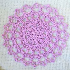 Mönster till drömfångare  – Pysselofix Crochet Home, Crochet Crafts, Crochet Doilies, Coffee Crafts, Dream Catcher, Crochet Ideas, Crochet Earrings, Outdoor Blanket, Pink
