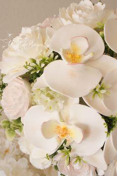 胡蝶蘭とシャクヤクのキャスケードブーケ