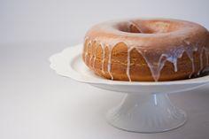 Bolo delícia de limão | #ReceitaPanelinha: O bolo mais famoso do Panelinha é uma delícia mesmo, pode confiar. Fica supermacio e com uma casquinha crocante de açúcar por fora. Uma perdição.