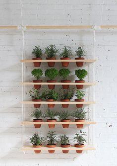 DIY: een gaaf hangend kruidenrek voor in de tuin - Roomed