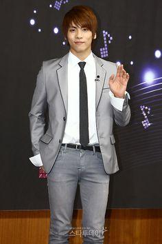 SHINee's Jonghyun proves he is as tall as written in his online profile #allkpop #kpop #SHINee