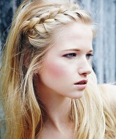 messy bun 25 Super-Easy Everyday Hairstyles for Extremely Long Hair … Hair Short retro hair style Easy Everyday Hairstyles, Great Hairstyles, My Hairstyle, Summer Hairstyles, Girl Hairstyles, Hairstyle Ideas, Wedding Hairstyles, School Hairstyles, Heatless Hairstyles