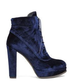 ce93d0f1edc1 Fashion blogger Veronika Lipar of Brunette From Wall Street sharing top  deals of fashionable designer shoes